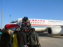 北京首都国际机场排队登机