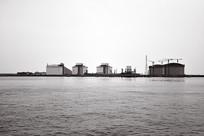 海上石油库黑白照片