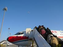 首都机场乘客排队登机