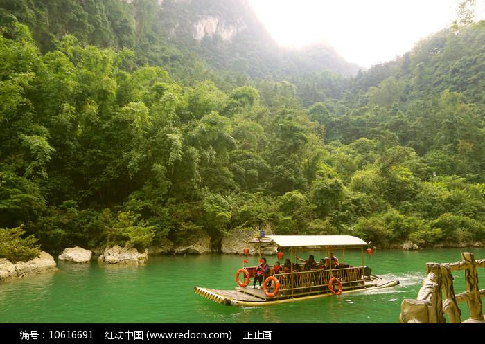 荔波大七孔山谷水春河上的竹排图片