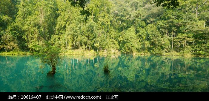 荔波小七孔卧龙潭青山绿水全景图片