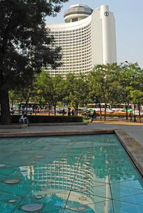 北京国际饭店和池塘倒影