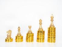 堆叠的金币上依次排列的棋子