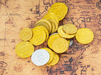 复古地图上的金币俯拍图
