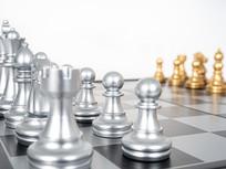 国际象棋棋盘上银色棋子特写图