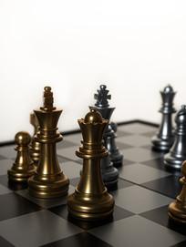 黑白棋盘上金色的西洋棋棋子