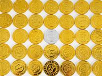金币平铺中的一枚银币俯拍图