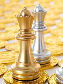 金币上的国际象棋棋子特写图