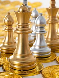 金币上的金色西洋棋棋子特写图