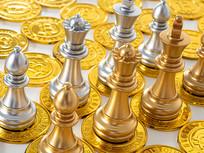 金币上放置的双色西洋棋棋子