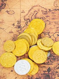旧地图上的金币特写图