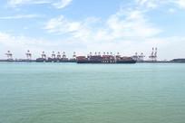 蓝天下的舟山海运码头与碧海