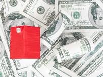 美元上的紅色房子俯拍圖