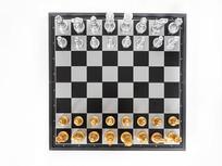 西洋棋盘和棋子俯拍特写图