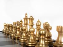 西洋棋上的金色棋子特写图