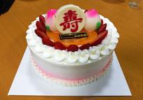 餐桌上的生日蛋糕