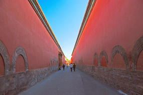 北京紫禁城宫墙形成的红墙小巷