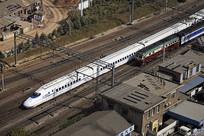 京沪铁路上奔驰的列车俯拍