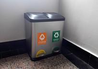 办公楼角落里的分类垃圾桶