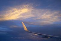 航拍金色云层-飞机机翼
