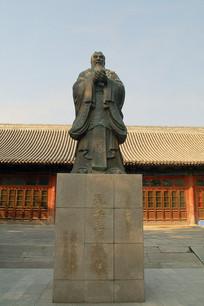 北京国子监彝伦堂的孔子塑像