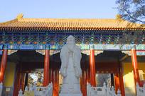 北京孔庙大成门门楼及孔子塑像