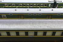 俯拍的绿皮火车