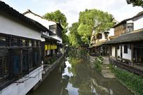 新场古镇的水巷与古建筑