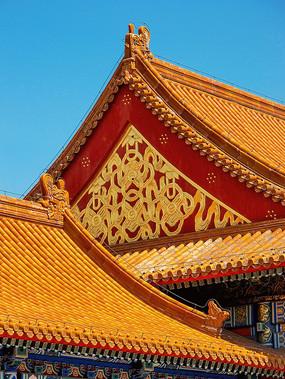故宫琉璃瓦屋顶和金色镂空雕花装饰