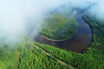 云雾中的森林河湾