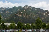 泰山桃花峪游人中心后面的大山