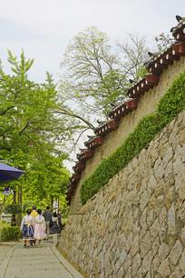 韩国景福宫宫墙及韩服游客
