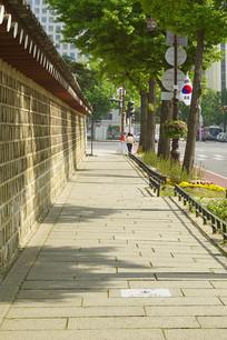 韩国景福宫西门宫墙外的步小道