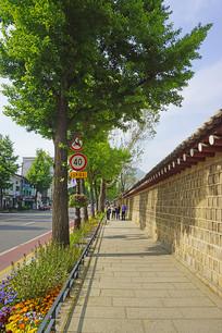 韩国景福宫西门宫墙外的小道