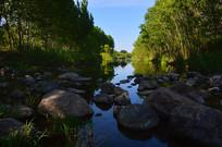 小溪石上流