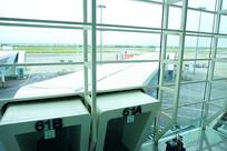 深圳机场航站楼廊桥俯拍