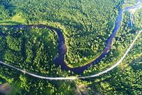 穿越大兴安岭秋季森林的河流