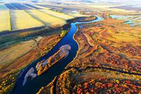航拍金色的树林蓝色的河流