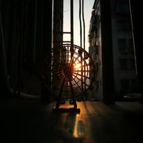 落日下的摩天轮玩具