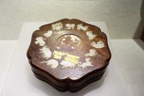 清代镶白玉十二生肖花式花梨木盒