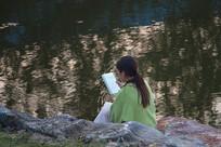 池塘边看书的女孩
