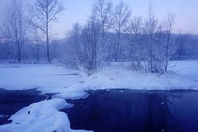 大兴安岭清晨冰封河流