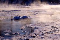 清晨冰封河流雾气