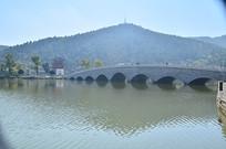 高山湖上的拱桥风景