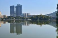 湖边高楼风景