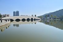 湖上的拱桥风光图片