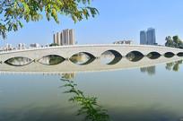 湖上的拱桥风景