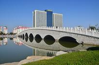 湖上的石拱桥风景