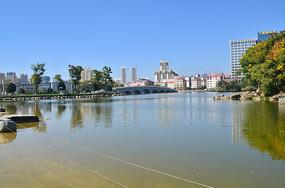 蓝天湖泊风景