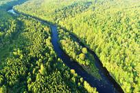 大兴安岭林海河流中的岛屿